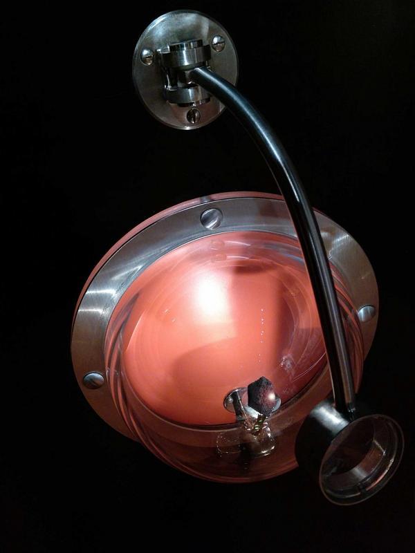 Météorite martienne dans vitrine hublot