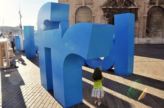 Animation avec lettres géantes